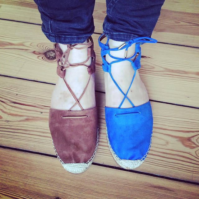 From where I stand I have a problem: Brown or Blue @aquazurra @anita_hass #aquazurra #espadrilles #anitahass #shoeaddict #schuhtick #herrjemine