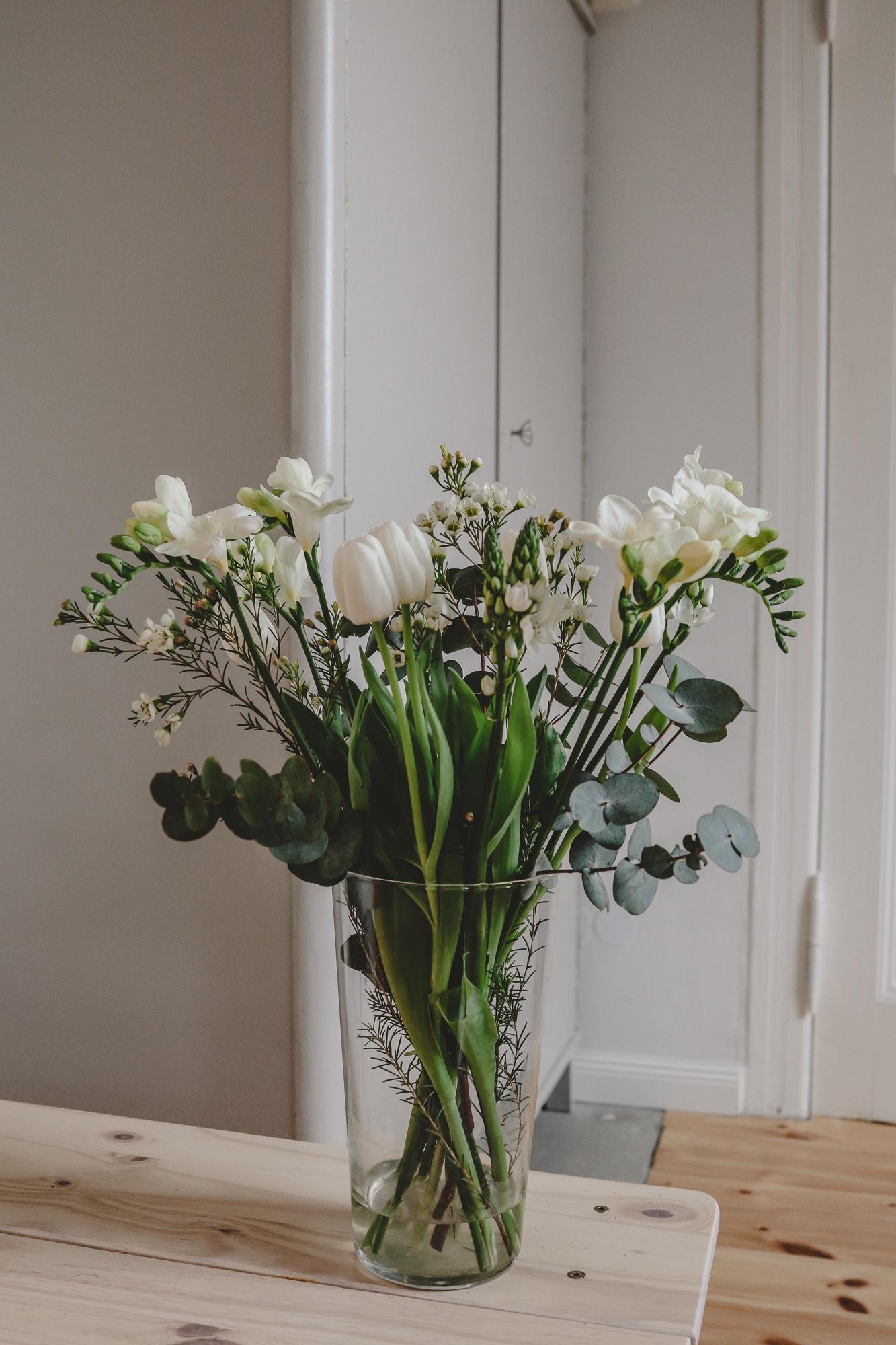 Der Strauß des Monats: Weiße Freesien, Tulpen und Milchsterne |Anzeige, enthält Affiliate Links