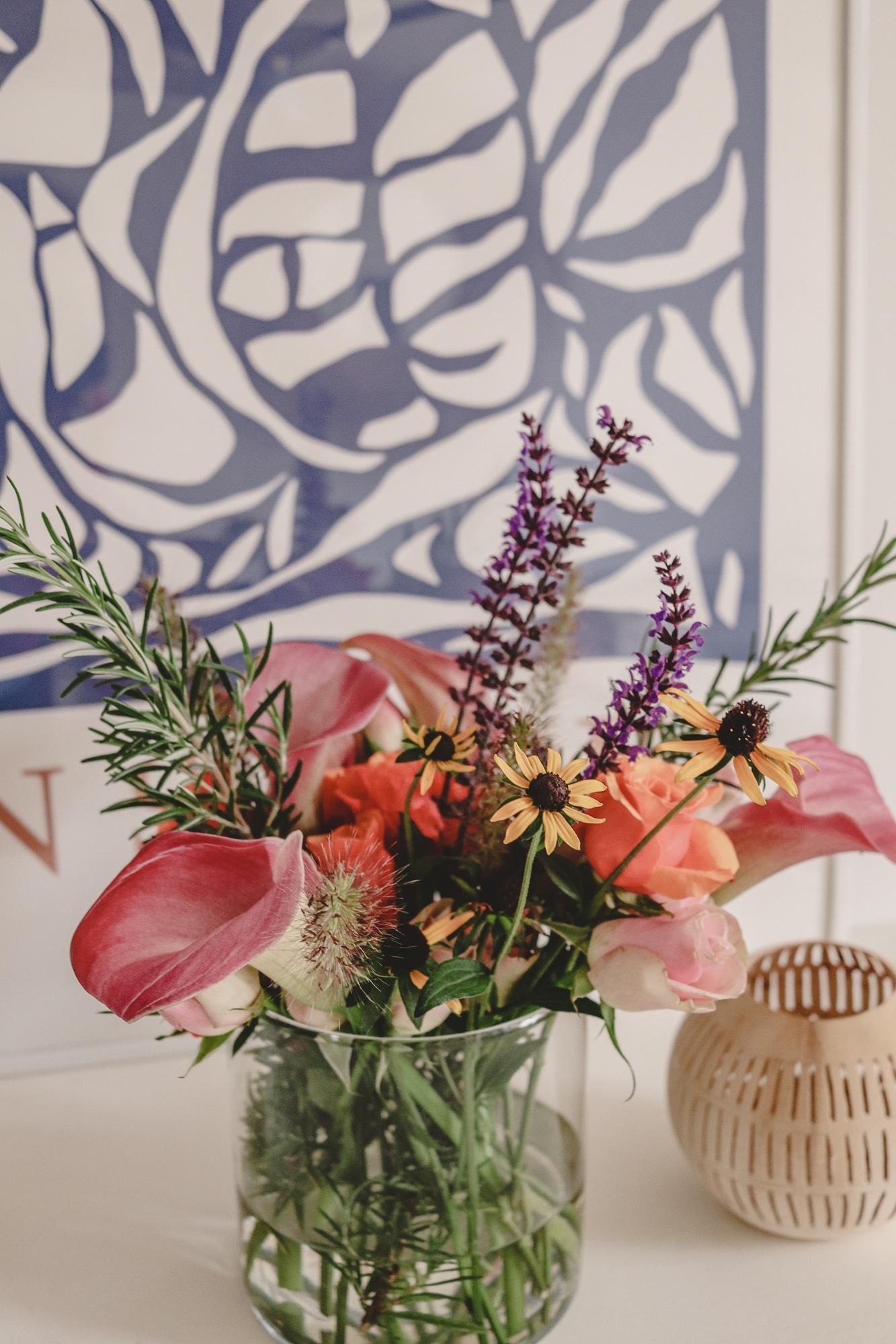 Calla, Rosen und Sonnenhut aus dem Garten: Strauss des Monats