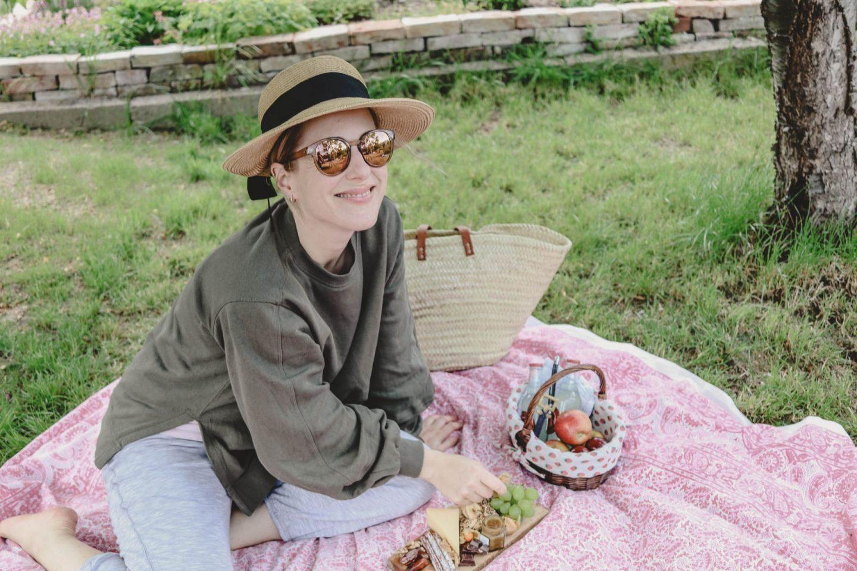 So einfach, so gut: Ein Picknick im Garten ohne großen Schnickschnack! |Anzeige