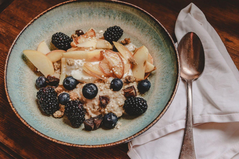 Soulfood nicht nur zum Frühstück: Dattel-Porridge mit warmen Apfel-Zimt-Spalten und frischen Beeren