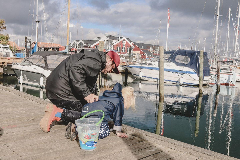 Florian und Pauline am Hafen von Juelsminde