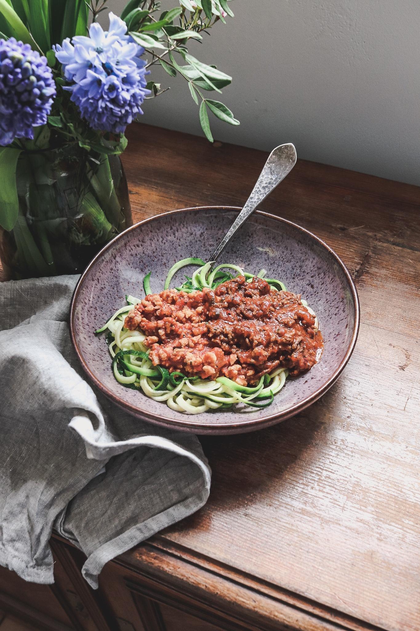 Schnell & leicht: Zucchini Zoodles mit Bolognese – klassisch oder vegan