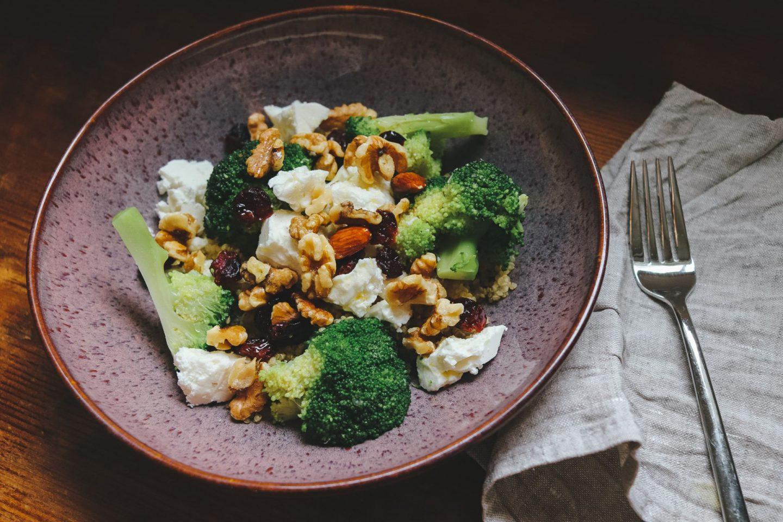 Superfood Salad mit Brokkoli, Quinoa, Cranberrys, Nüssen & Feta