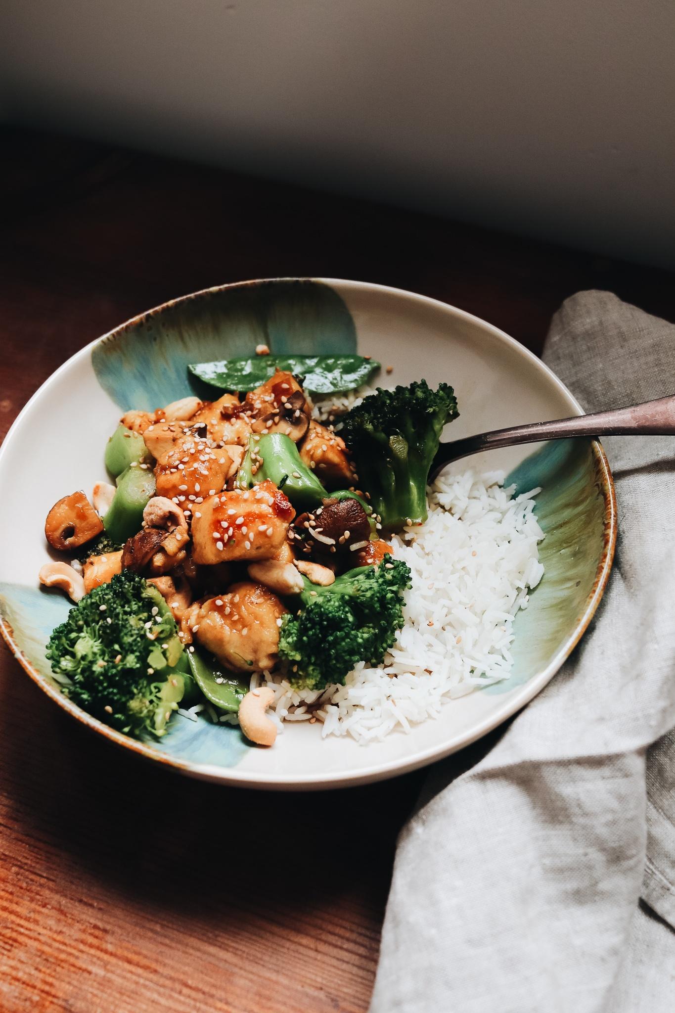 Chicken Cashew mit zarten Bio-Hühnchenfilets, Gemüse und Reis